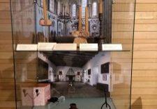 De vitrine in de openbare hal van Gedempte Zuiderdiep 98.